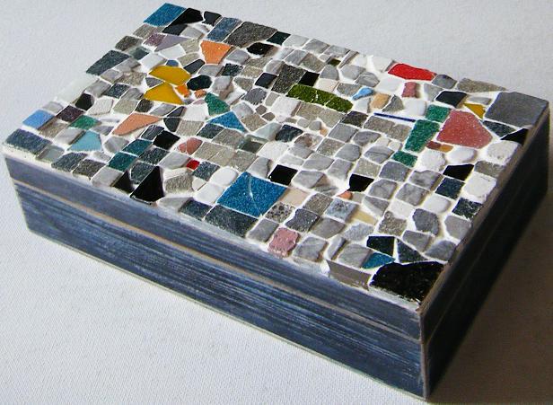 39-caja-con-mosaico-decorada-en-estilo-rustico--00-caja-mosaico-piezas-rusticas